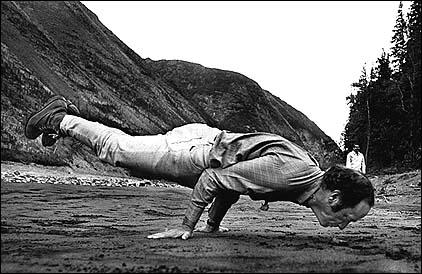 Pierre Elliott Trudeau en una pose de yoga avanzada conocida como la actitud del pavo real.