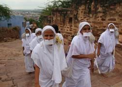 Jain mendicant nuns wandering India