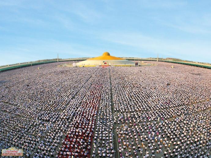 A million Thai kids meditating at the Temple Phra Shammakaya.